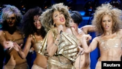 U.S. singer Tina Turner (C) performs on stage together with four dancers during a concert of her European Tour 2009 in Zurich February 15, 2009.