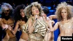 Penyanyi AS Tina Turner (tengah) tampil di panggung bersama dengan empat penari latar di sebuah konser tur Eropa 2009 di Zurich 15 Februari, 2009.