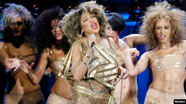 U.S. singer Tina Turner (C) performs on stage together with four dancers during a concert of her European Tour 2009 in Zurich, February 15, 2009.