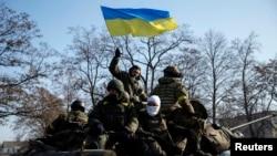 在明斯克停战协议签订后,乌克兰军人在装甲运兵车上(2012年2月12日)