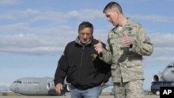 14일 터키 공군부대를 방문해 미군 사령관과 대화하는 리언 파네타 미국 국방장관(왼쪽).
