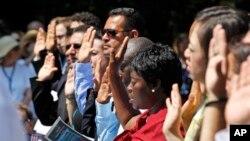미국 버지니아주에서 시민권을 얻기 위해 선서하는 사람들. (자료사진)