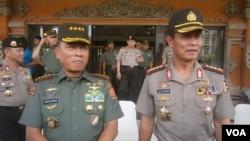 Kapolri Jenderal Polisi Sutarman (kanan) bersama Panglima TNI Jenderal TNI Moeldoko. (VOA/Muliarta)