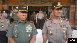 Kapolri Jenderal Polisi Sutarman (kanan) bersama Panglima TNI Jenderal TNI Moeldoko. Sutarman akan segera memasuki masa pensiun dan akan diganti. (VOA/Muliarta)