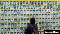 1일 서울 종로구 광화문 광장의 세월호 농성장에서 한 희생자 가족이 아들의 사진을 만지고 있다.