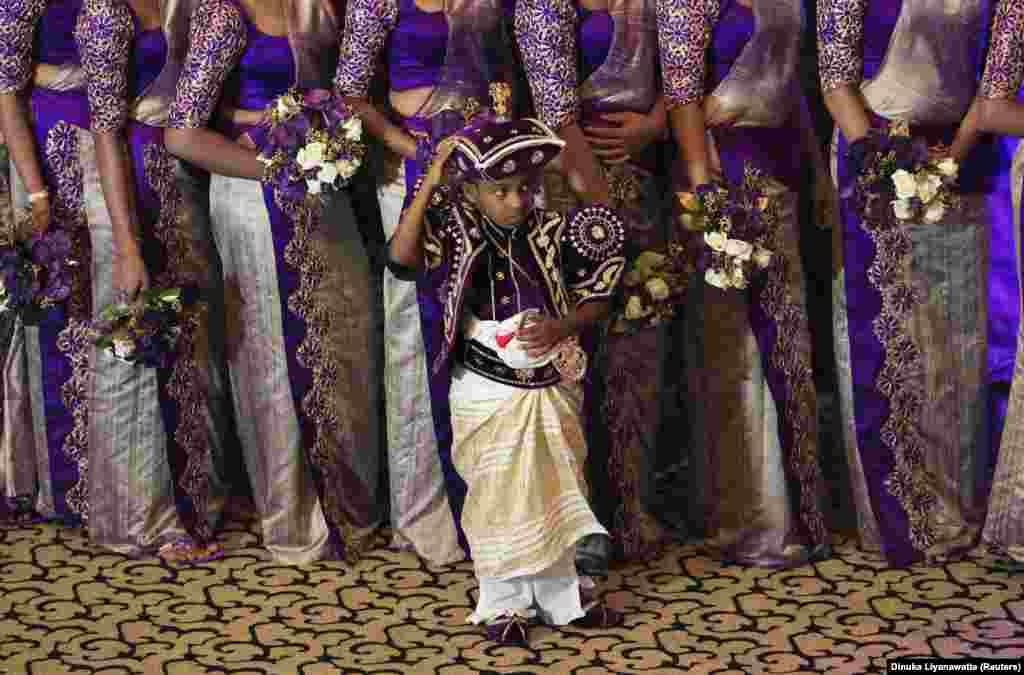 Mtoto wa kiume moja wapo ya watoto 20 walowashindikiza Nisansala and Nalin walipovunja rekodi ya Guinness huko Negombo Novemba 8, 2013.