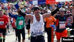Al concluir el Maratón de Nueva York, un competidor rinde tributo al Maratón de Boston, tras el mortal atentado terrorista.