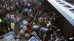 열차 충돌이 일어난 현장에서 생존자를 구출하기위해 몰려든 주민들