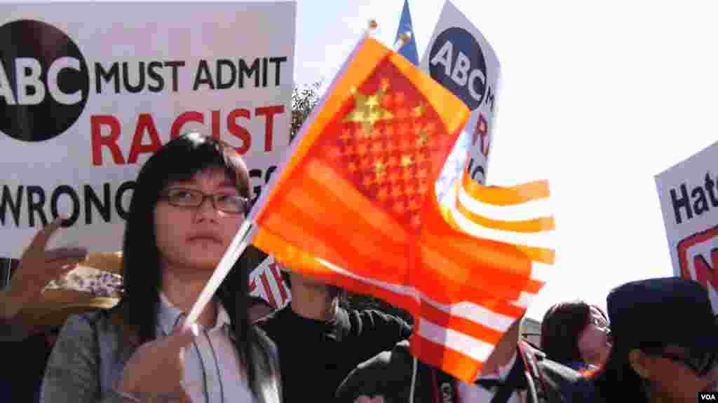 许多人手持美中两国国旗(美国之音记者国符拍摄)
