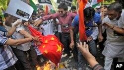 5月1日﹐印度首都新德里的抗議者﹐焚燒中國國旗﹐抗議中國進入印度邊界領土。