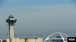 洛杉矶国际机场地标建筑(右)出自黄振捷之手(美国之音国符拍摄)
