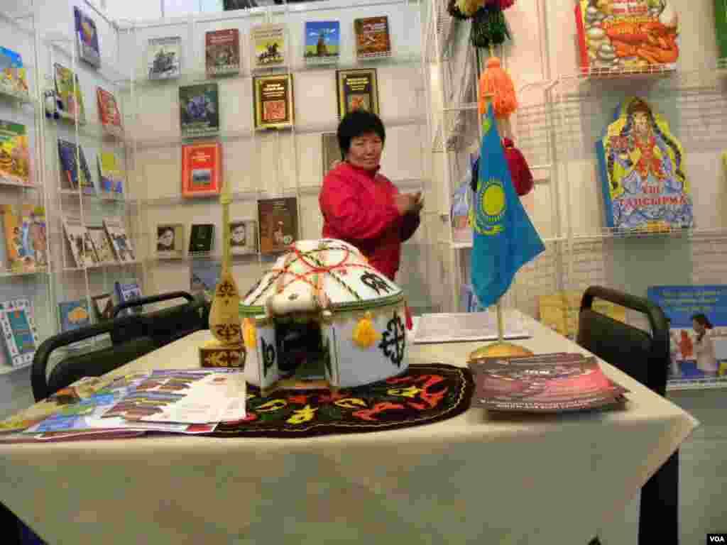 Книгу – в каждую юрту. Павильон Казахстана
