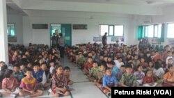Siswa-siswi SD Pembangunan Jaya 2 Sidoarjo sedang mengikuti kegiatan di aula sekolah. (VOA/ Petrus)