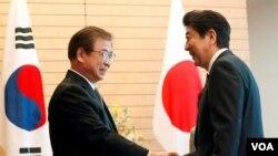 Thủ tướng Nhật Bản Zhinzo Abe tiếp Giám đốc Tình báo Quốc gia Hàn quốc Suh Hoon (trái) tại Tokyo, ngày 13/3/2018.
