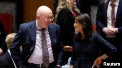 L'ambassadeur de Russie auprès des Nations Unies Vassily Nebenzya et la Représentante permanente des États-Unis aux Nations Unies Nikki Haley lors d'une session du Conseil de sécurité des Nations Unies à New York, le 17 avril 2018.