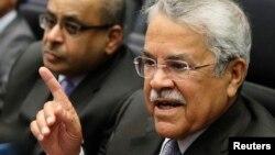 Menteri Perminyakan Arab Saudi Ali al-Naimi berbicara pada wartawan sebelum pertemuan OPEC di Wina, Austria. (Foto: dok)