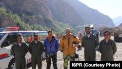 ریسکیو کیے جانے والے دونوں کوہ پیما پاکستانی فوج کے اہلکاروں کے ہمراہ