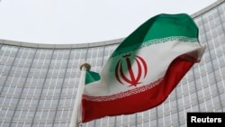 ویانا میں واقع جوہری توانائی کے عالمی ادارے کے صدر دفتر کے باہر ایرانی پرچم ہوا میں لہرا رہا ہے (فائل فوٹو)