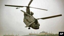 台湾陆军的契努克直升机在公路上降落后又升空