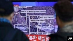 6일 한국 서울역에 설치된 대형 화면에 북한 4차 핵실험 관련 보도가 나오고 있다.