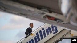 Presiden AS Barack Obama naik ke pesawat Air Force One di bandar udara internasional Eleftherios Venizelos, Athena (16/11). (AP/Pablo Martinez Monsivais)