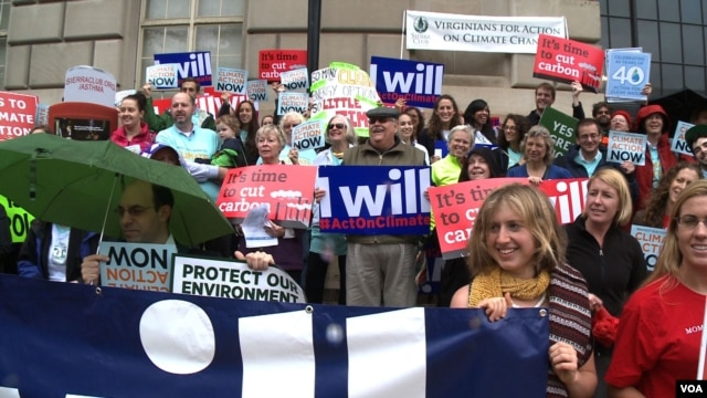 A coalition of environmental groups rally at US Environmental Protection Agency headquarters for stricter rules on limiting carbon pollution from coal-fired power plants. (A. Greenbaum/VOA)