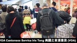 大量攜帶大型行李的疑似水貨客使用上水火車站1樓大堂入閘口,避開行李過磅 (攝影: 美國之音湯惠芸)