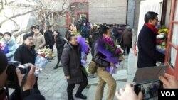 献花者相继走进灵堂纪念赵紫阳逝世11周年 (2016年1月17日俞梅荪拍摄)