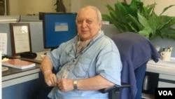 عمر ملکیار از نخستین افرادی بود که نشرات سرویس دری صدای امریکا را برای افغانستان آغاز کردند.