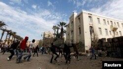 Tahrir maydoni yonida prezident Muhammad Mursiyga qarshi namoyishlar, Qohira, Misr, 25-yanvar, 2013-yil.