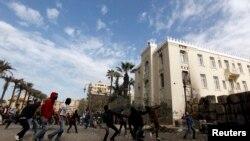 Waandamanaji wanaompinga rais Morsi wakirusha mawe kwa polisi wa kutuliza ghasia mjini Cairo, January 25, 2013.