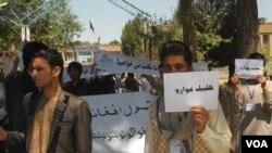 مظاهره کنندگان گفتند که تمام مکاتب در ولسوالی شیندید مسدود است