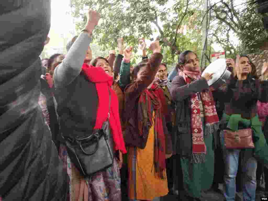 طلبہ اور اساتذہ پر اتوار کو ہونے والے تشدد کے خلاف بھارت کے کئی شہروں میں مظاہرے کیے جا رہے ہیں۔ ممبئی، کولکتہ، حیدر آباد کے ساتھ کرناٹک اور مغربی بنگال میں بھی احتجاج کیا جا رہا ہے۔