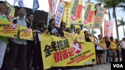 香港「全民拒絕假普選運動」在尖沙咀鐘樓舉行「真落區」行動啟動儀式。(美國之音湯惠芸拍攝)