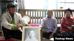 제20차 이산가족상봉을 앞두고 14일 청주시 흥덕구 강내면에 사는 오장균(65)씨가 곧 상봉할 아버지 오인세(83)씨의 젊은시절 사진을 취재진에 보여주고 있다.