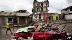 Según los más recientes datos de la Secretaría Nacional de Gestión de Riesgo, el terremoto dejó 655 muertos y miles de damnificados. Se calcula que unas 48 personas continúan desaparecidas. Un informe preliminar oficial estima que 6.622 viviendas fueron derribadas por el sismo.