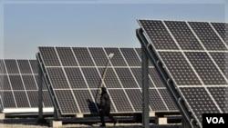 Energi tenaga surya, salah satu alternatif sektor energi ramah lingkungan yang bisa dikembangkan di Indonesia sebagai negara tropis (foto: ilustrasi).