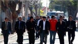معدنچیانی که در ریزش معدن به دام افتاده بودند در راه مراسم بزرگداشت آنان پس از گذشت ۱ سال. ۵ اوت ۲۰۱۱