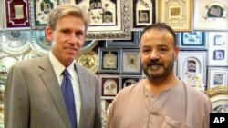 Duta besar AS di Libya Christopher Stevens (kiri) bersama seorang pemilik toko di Tripoli, sebulan sebelum serangan ke konsulat AS yang menewaskannya. (Foto: Dok)