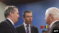 NATO Bosh kotibi Anders Fog Rasmussen, AQSh Mudofaa vaziri Robert Geyts, Britaniya Mudofaa vaziri Liam Foks