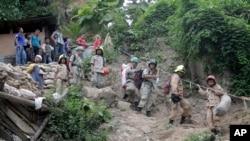 Rescatistas tratan de encontrar a mineros atrapados tras un derrumbe en la mina San Juan Arriba, al sur de Honduras.