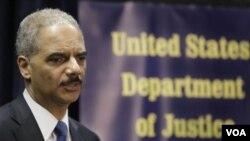 El secretario de Justicia, Eric Holder, encabezó la conferencia de prensa en Brooklyn para hablar sobre el operativo