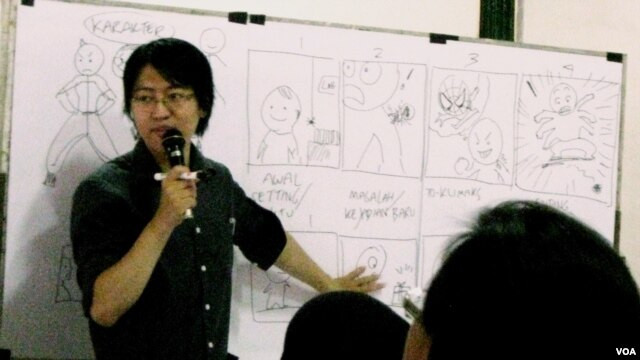 Komikus Is Yuniarto menjadi pembicara dalam acara Heritage Camp di Yogyakarta. (VOA/Munarsih Sahana)