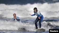 Carmen Lopez Garcia, atlet selancar air putri tuna netra Spanyol, yang akan berkompetisi di turnamen ISA World Adaptive Surfing Championship, sedang berlatih bersama pelatihnya Lucas Garcia, di pantai Salinas, Spanyol, 6 Desember 2018.