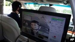 En primer plano un monitor durante la prueba hecha por la AAA sobre las distracciones al conducir.