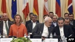 미국을 제외한 이란과 영국, 프랑스, 독일, 러시아, 중국 등 핵 협정 서명국 외교장관들이 6일 오스트리아 빈에서 만나 핵 협정 지속방안을 논의하고 있다. 왼쪽은 회의를 주재한 페데리카 모게리니 유럽연합(EU) 외교안보 고위대표, 그 옆으로 모하마드 자바드 자리프 이란 외무장관이 보인다.