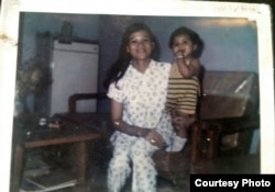Jannies as a child with her mother.