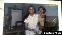 Jannies bên mẹ mình khi còn nhỏ (Ảnh Jannies Nguyễn)