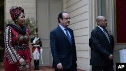 Le président sud-africain Jacob Zuma, à droite, et sa femme Thobeka Stacy Mabhija, accompagnés du chef de l'Etat français François Hollande, au center, marchent dans la cour du Palais de l'Elysée, Paris, 11 Juillet 2016. (Stephane de SAKUTIN / Pool Photo