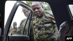 Các binh sĩ của ông Alassane Ouattara nhìn một thường dân đã chết mà họ nói là do các dân quân trung thành với ông Laurent Gbagbo bắn tại Abidjan, ngày 7 tháng 4, 2011